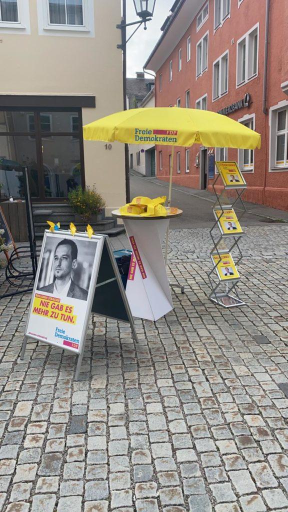 FDP-Infotisch mit Flyern zu unserer politischen Arbeit. Wir laden Sie herzlich ein - kommen Sie und diskutieren Sie mit uns!