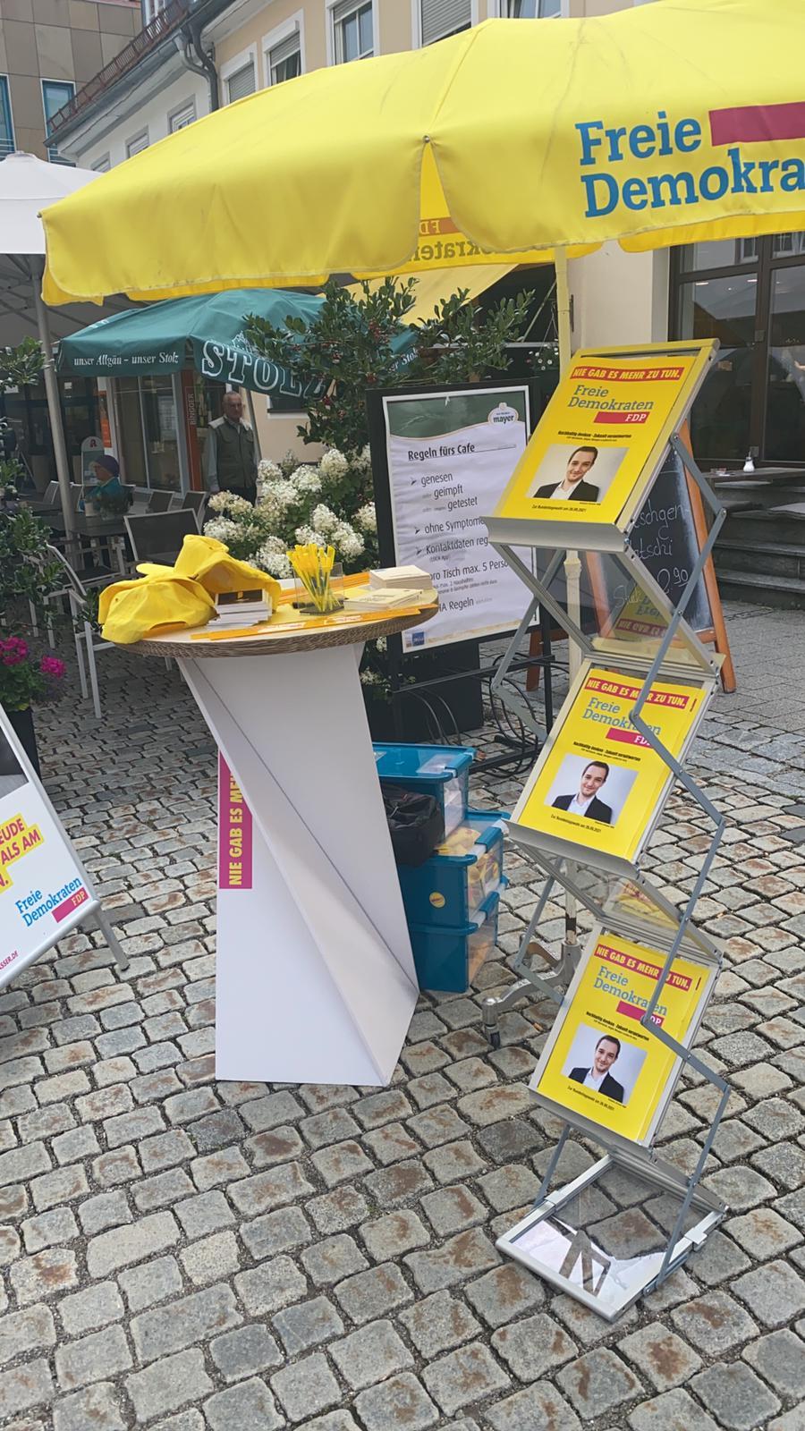 Unser FDP-Infotisch mit Informationsmaterial und Give-Aways im Württembergischen Allgäu.