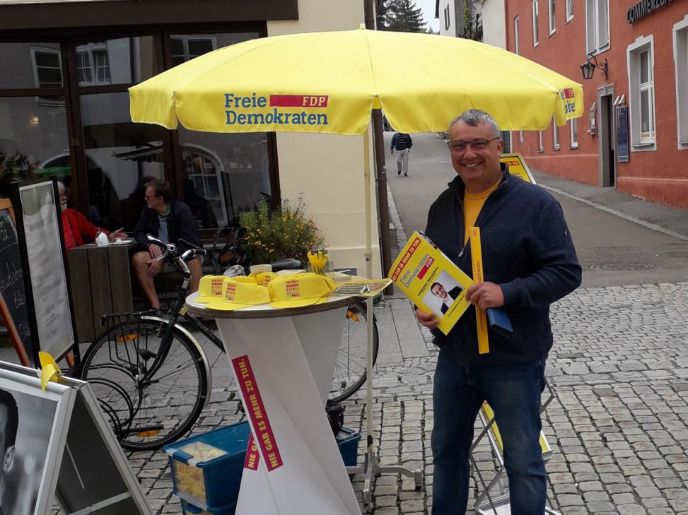 FDP-Mitglied Alexander Ort am Infostand in Isny in der Wassertorstraße