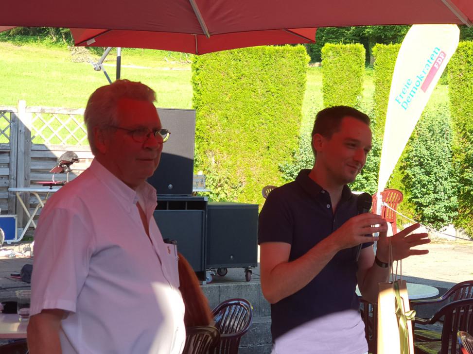 Bennjamin Strasser MdB ehrt Dr. Michael Büssemaker für seine Verdienste während 30 Jahren Mitgliedschaft in der FDP.